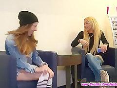 ERSTE MAL BI - Deutsche amateur teen wird von Lesbe im Hotel abgeschleppt